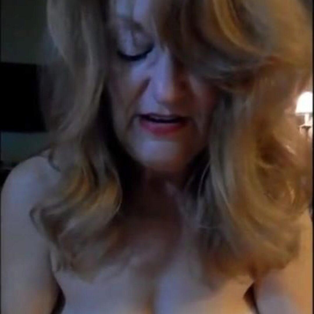 Zralá žena dává mokrý orál