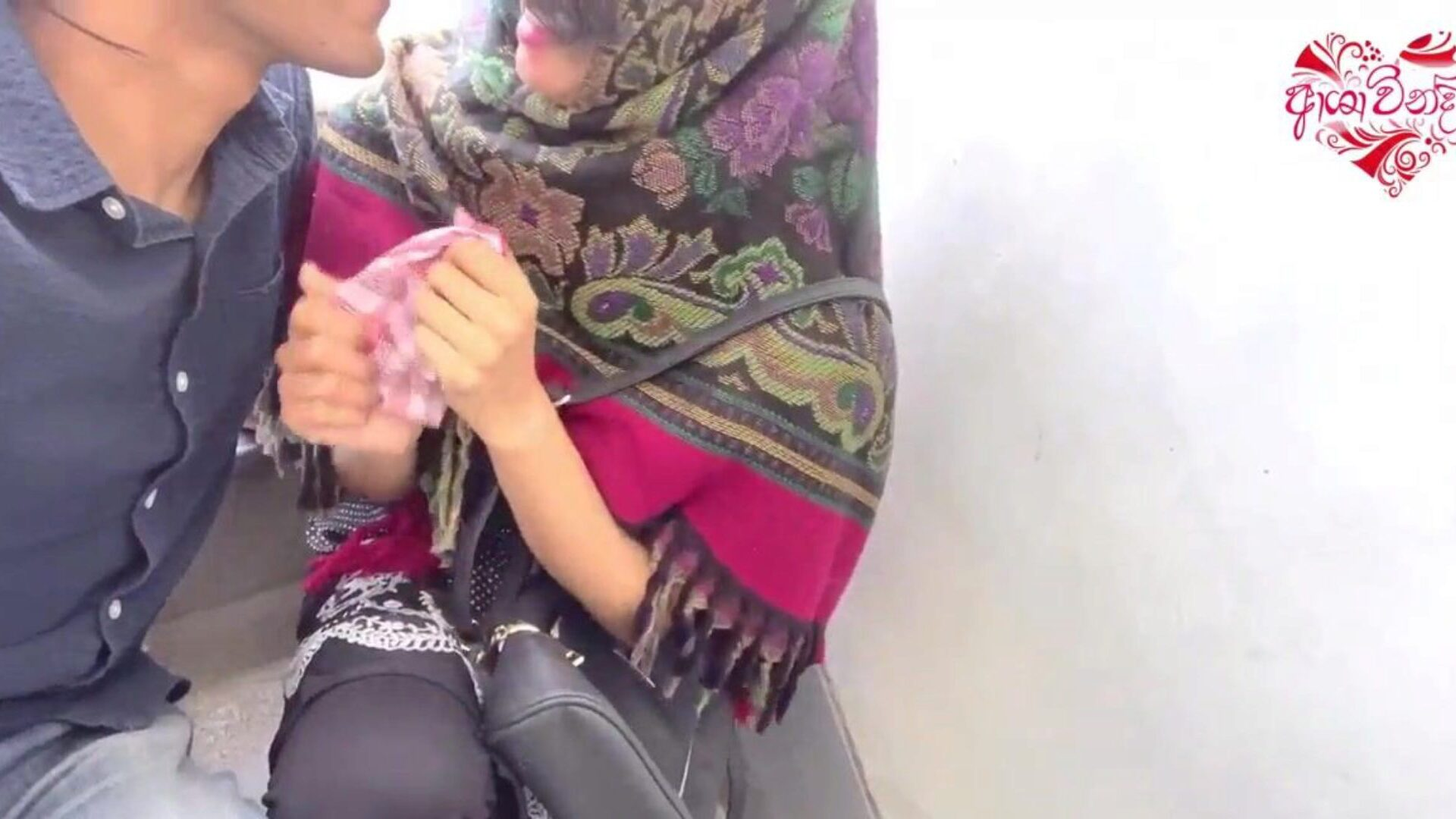 Desi hijab gal out door tugjob and oral